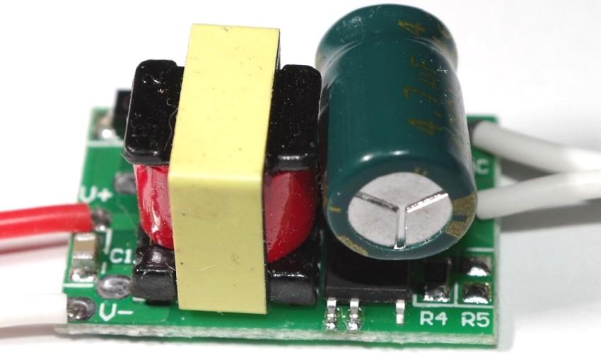 Для рассчета требуемого напряжения на выходе, необходимо учитывать мощность и силу тока