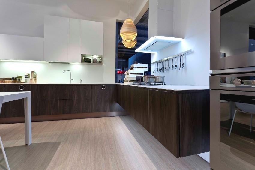 Кухонная мебель изготовлена из ДСП различных цветов