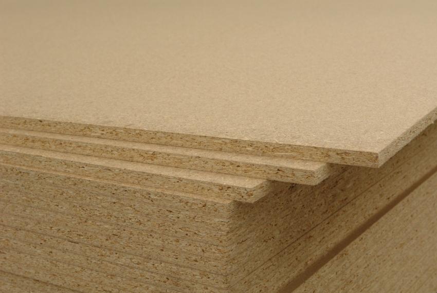 Древесностружечная плита изготавливается путем горячего прессования стружки с добавлением синтетических смол