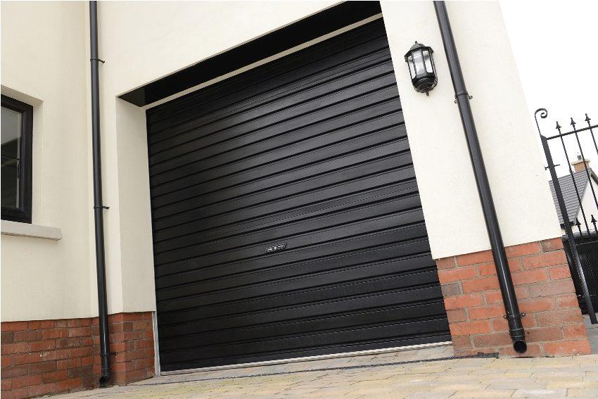 Роллетные ворота в гараже частного дома