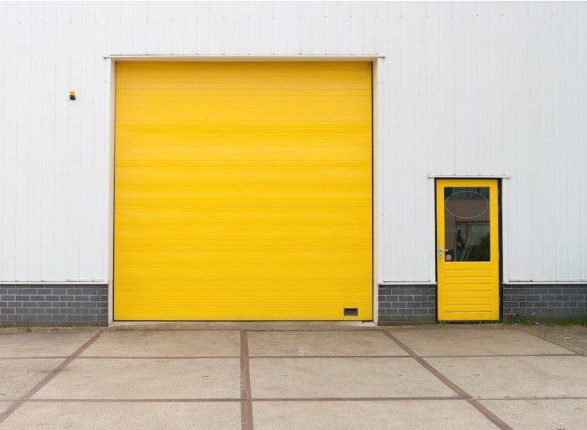 Роллетные ворота яркого желтого цвета
