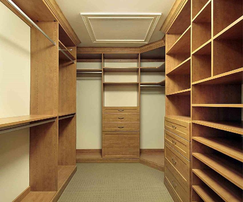 П-образное размещение полок в гардеробной из кладовки
