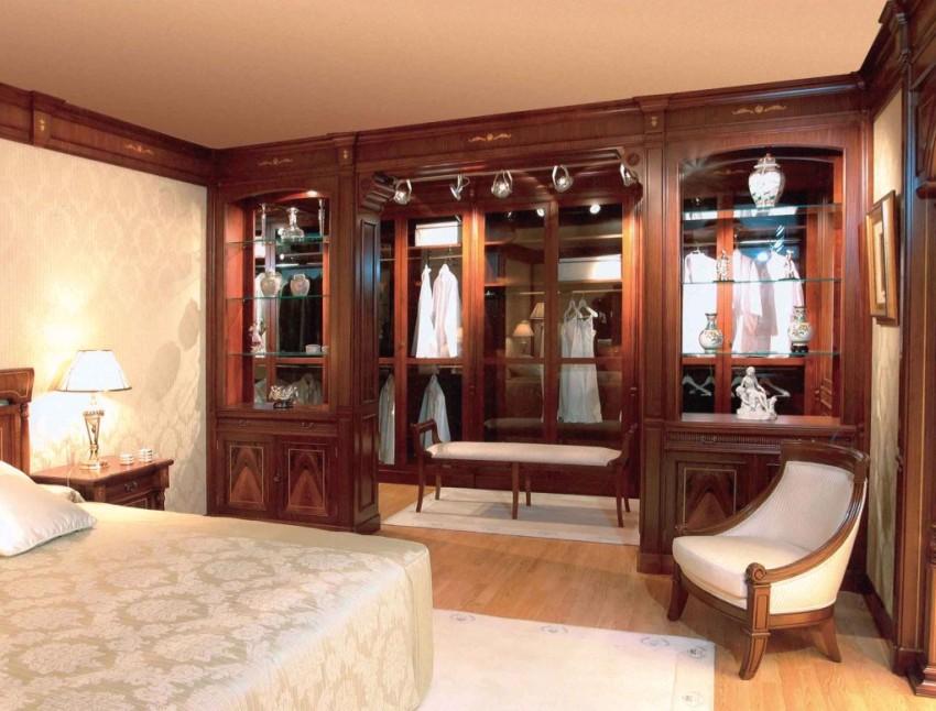 Вдоль одной из стен спальной комнаты оборудована гардеробная