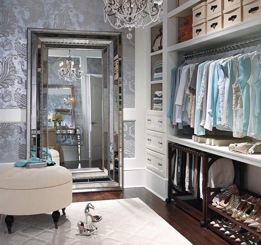 Большое напольное зеркало и мягкий пуф в гардеробной