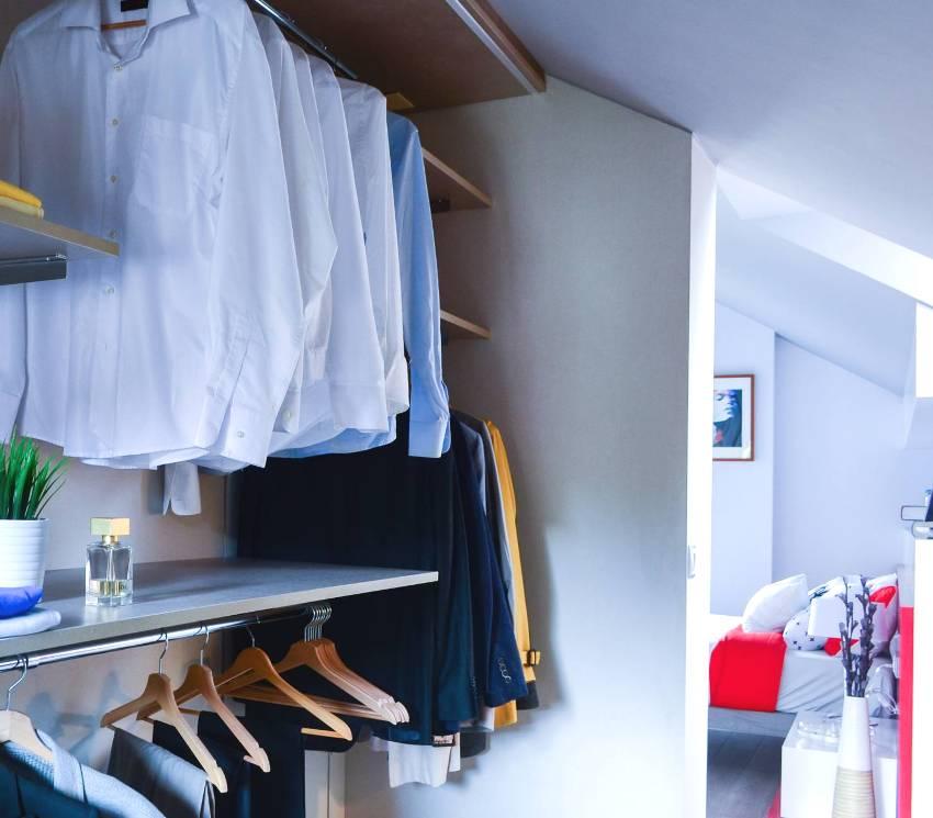 Спальня с маленькой гардеробной на мансардном этаже
