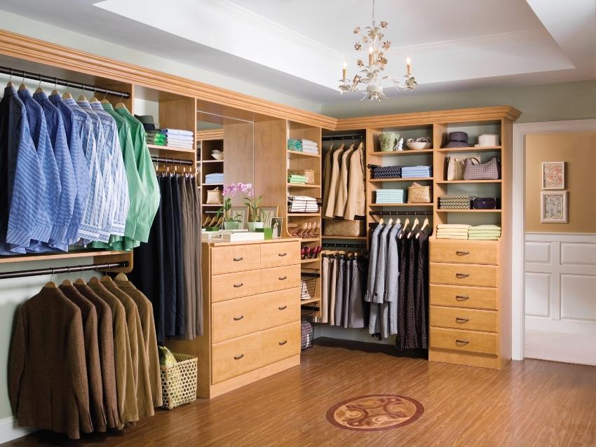 Г-образное расположение шкафов гардеробной