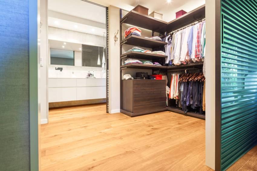 Компактная гардеробная комната между спальней и ванной