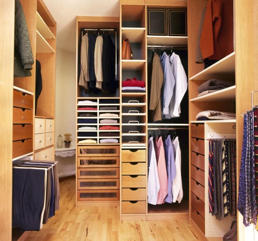 В маленьких гардеробных необходимо оборудовать вертикальные шкафы до потолка