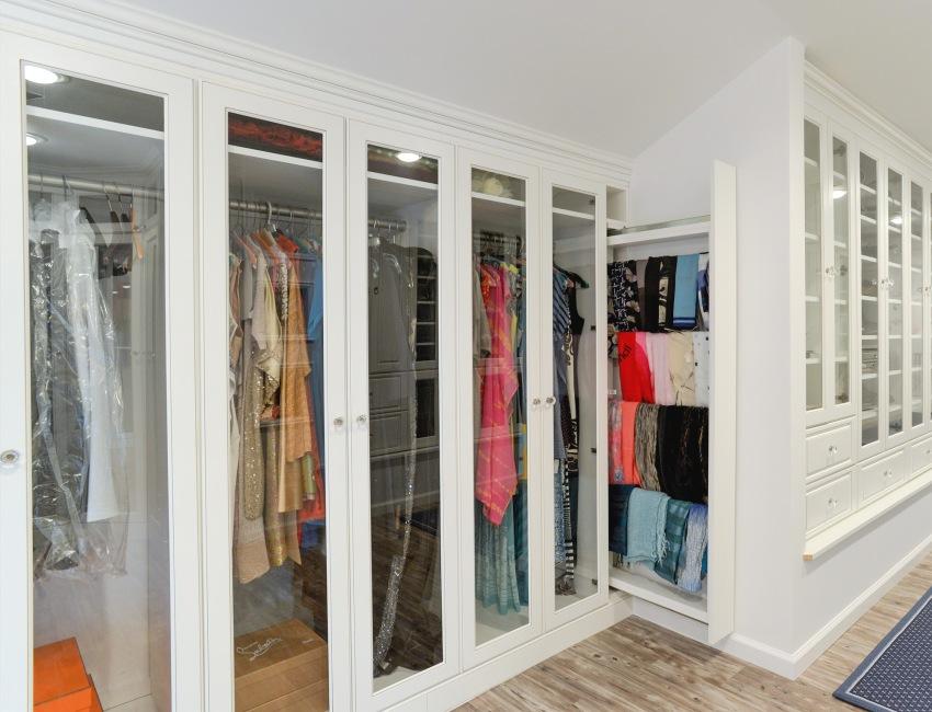 Небольшая гардеробная-шкаф со стеклянными прозрачными дверцами