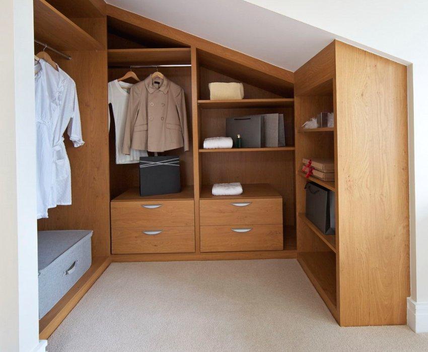 Маленькая гардеробная комната в мансарде