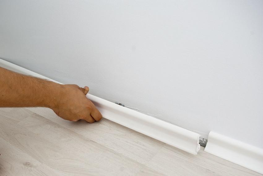 Монтаж напольного плинтуса с помощью жидких гвоздей