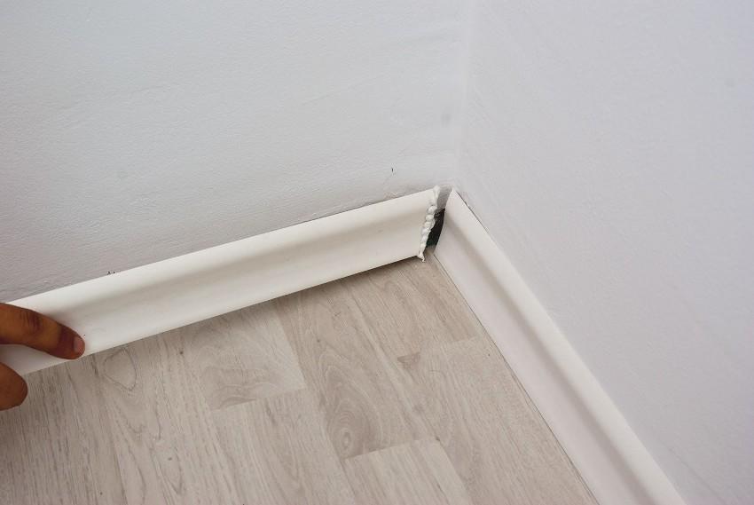 Оформление внутреннего угла комнаты полиуретановым плинтусом