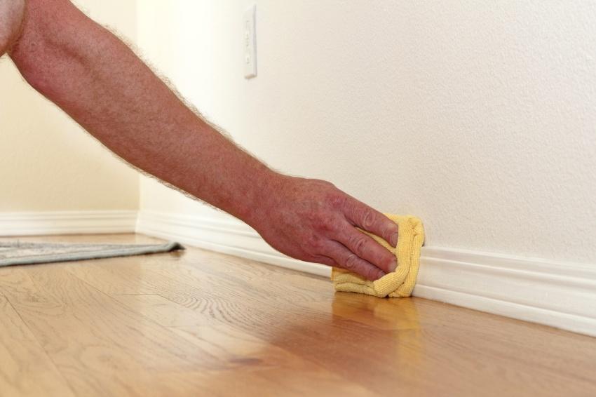 Перед окрашиванием плинтус необходимо очистить от пыли и грязи и обезжирить