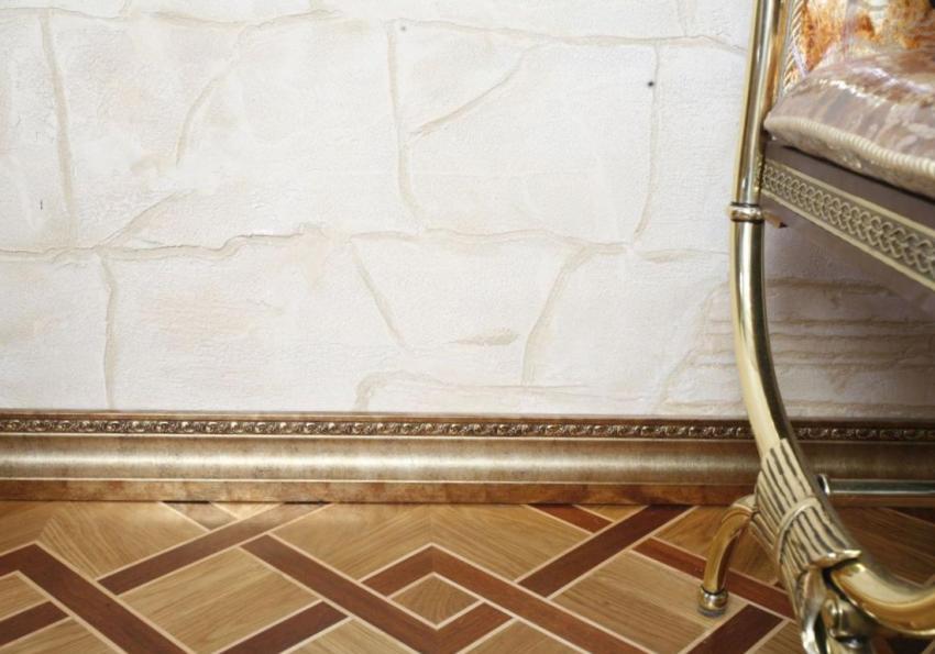 Плинтус золотого цвета эффектно контрастирует с позолоченной мебелью