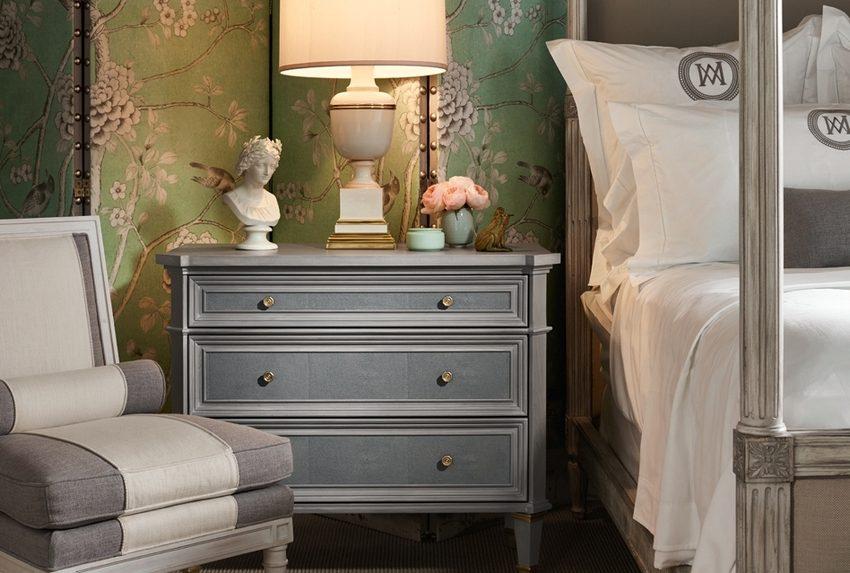 Ширма не только разделяет пространство на зоны, но и является оригинальным элементом декора спальни