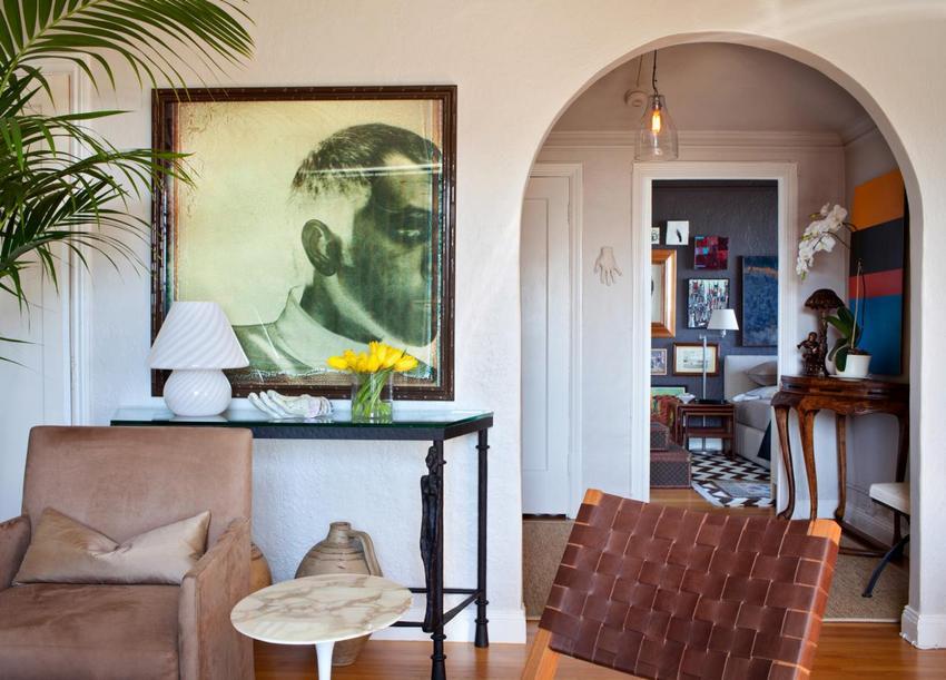 В перегородках из ГКЛ, разделяющих квартиру на разные по предназначению зоны, выполнены арки - круглой и прямоугольной формы