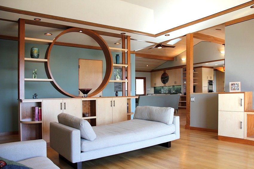 Перегородка-стеллаж оригинальной формы из дерева