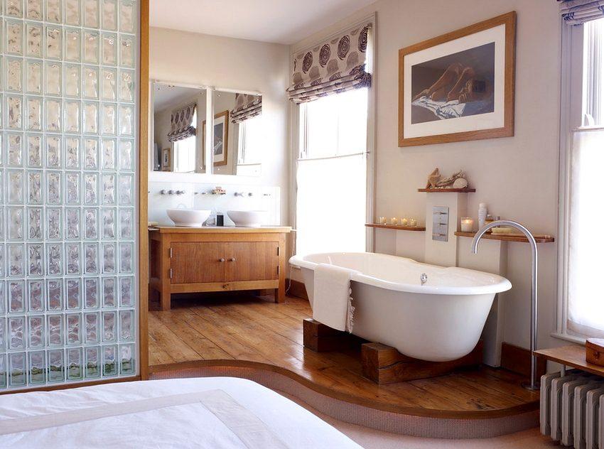 Перегородка, разграничивающая спальню и ванную, изготовленная из стеклянных блоков