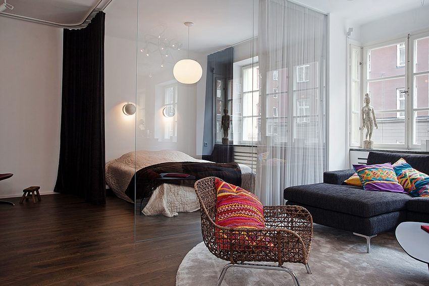 Сочетание стеклянной перегородки и текстильных занавесей позволяет создать в спальне уютную атмосферу, способствующую отдыху и расслаблению