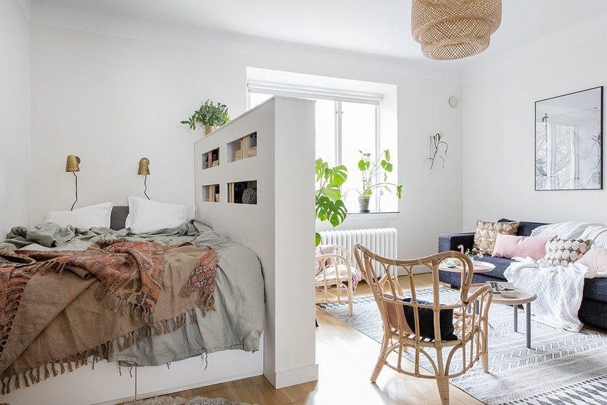Простая в исполнении перегородка, отделяющая место для отдыха и сна от пространства гостиной