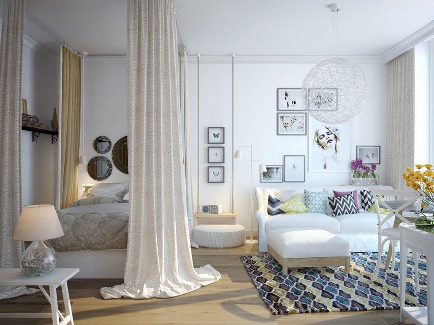 Место для сна и отдыха в однокомнатной квартире отделено при помощи текстильной перегородки