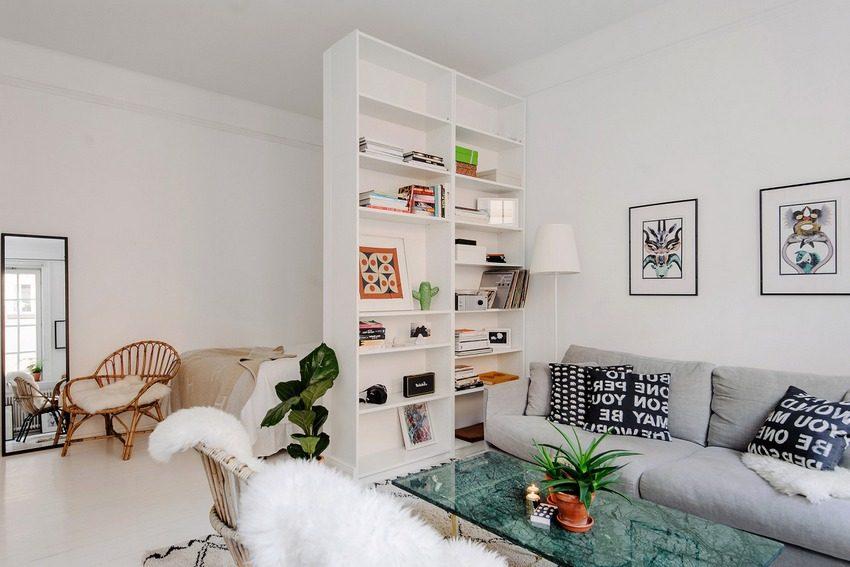 Шкаф-перегородка с полками для хранения сувениров и книг