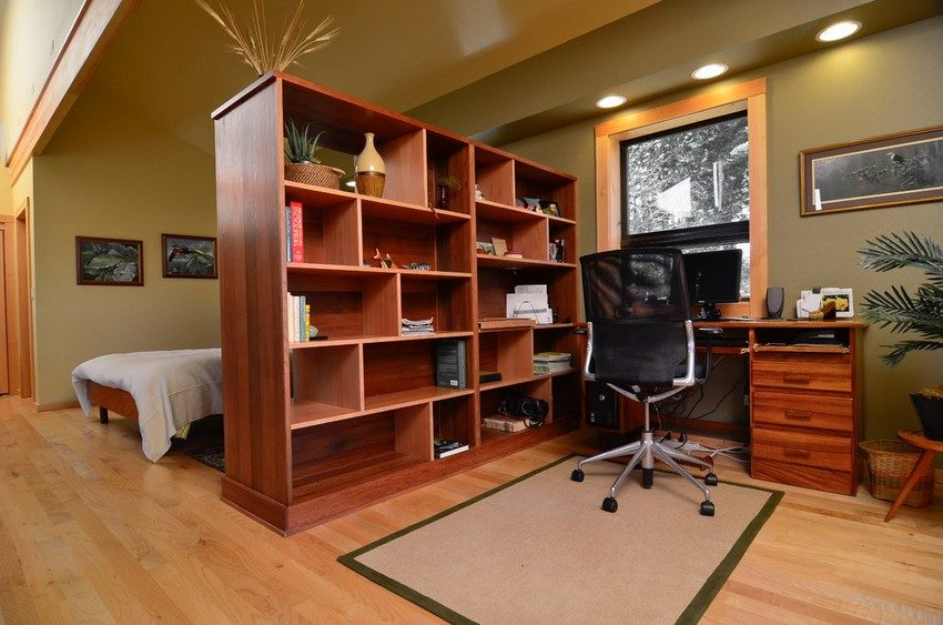 Перегородка в виде шкафа, разграничивающая рабочую область от зоны для сна и релаксации