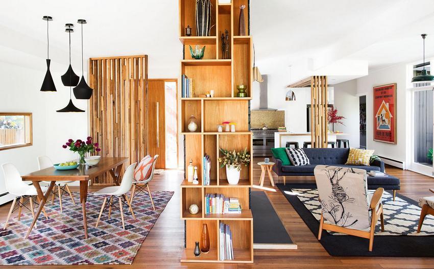 Деревянный шкаф, разделяющий большое жилое пространство на различные зоны
