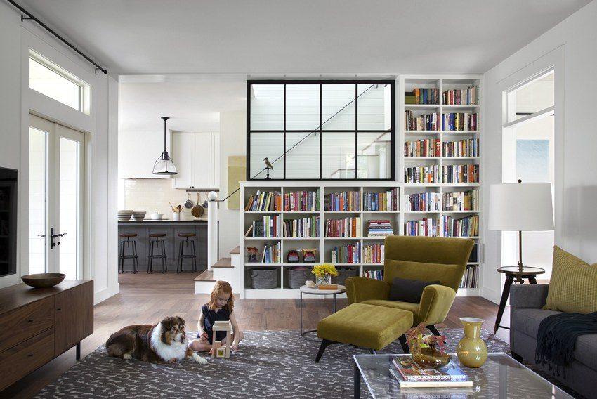 Перегородка в виде книжного шкафа, отделяющая гостиную от лестницы на второй этаж