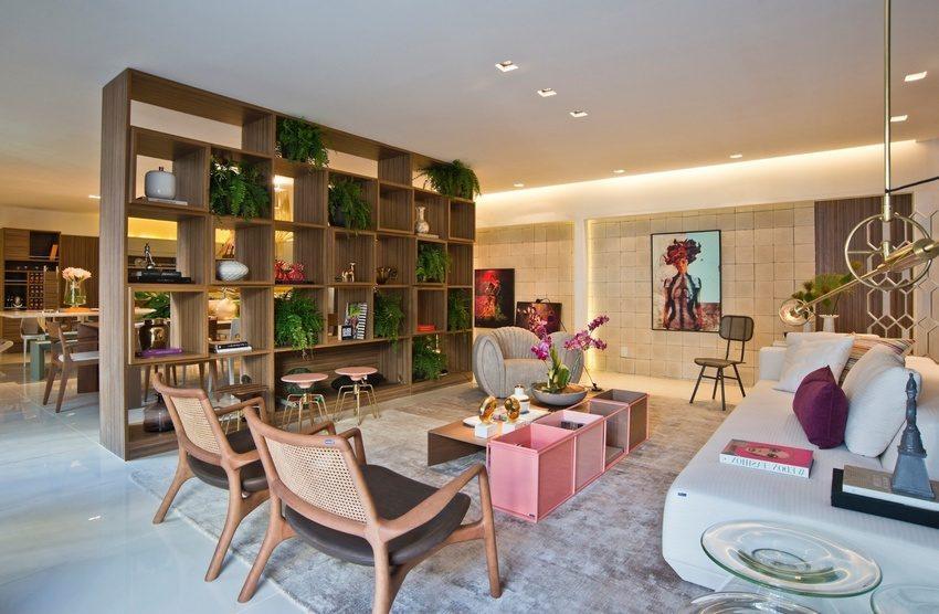Большой стеллаж, выполняющий роль разделителя между пространствами кухни и гостиной