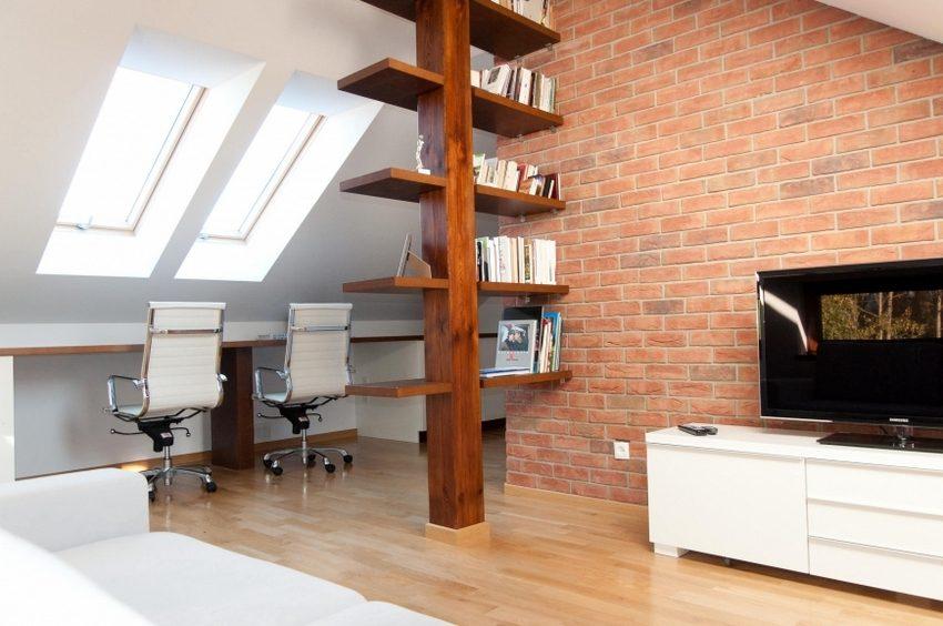 Перегородка-стеллаж, изготовленный из дерева, отлично вписывается в современный дизайн помещения