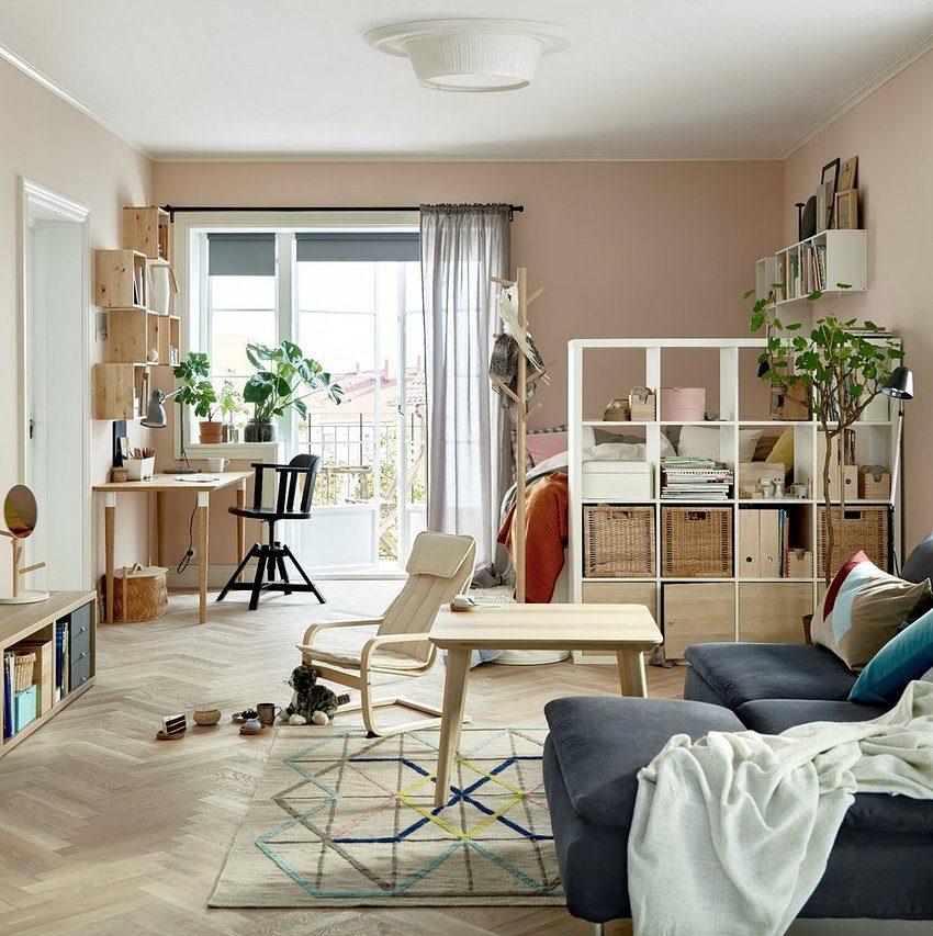 Пример использования стеллажа в качестве декоративной перегородки в небольшой по габаритам квартире