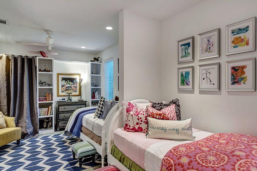Узкая перегородка из гипсокартона визуально делит детскую комнату, предназначенную для двух детей