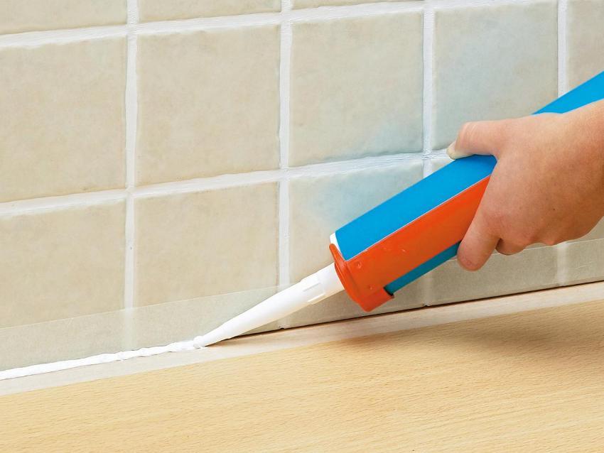 Герметизация стыков между ванной и стеной