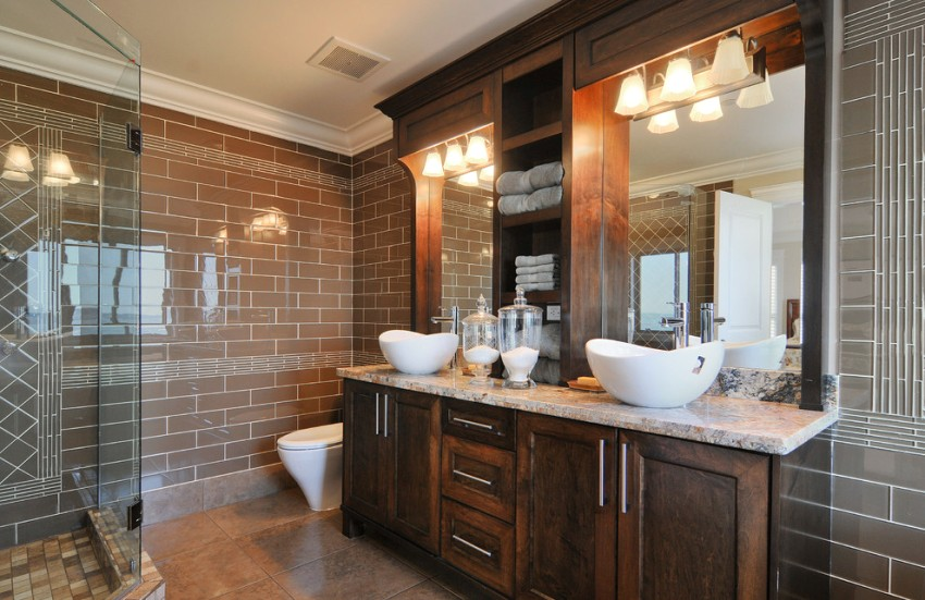 Широкий полиуретановый потолочный плинтус для ванной