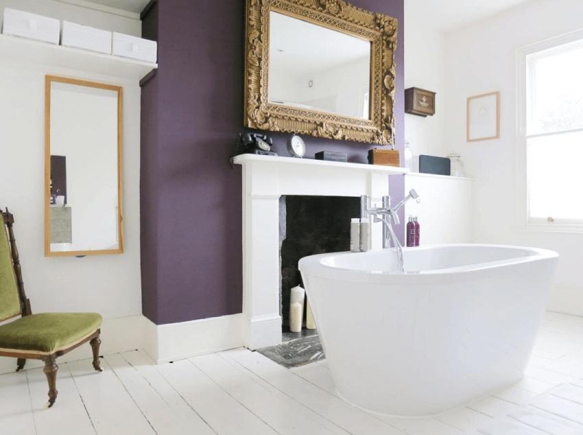 Высокий ПВХ-плинтус на полу в ванной комнате