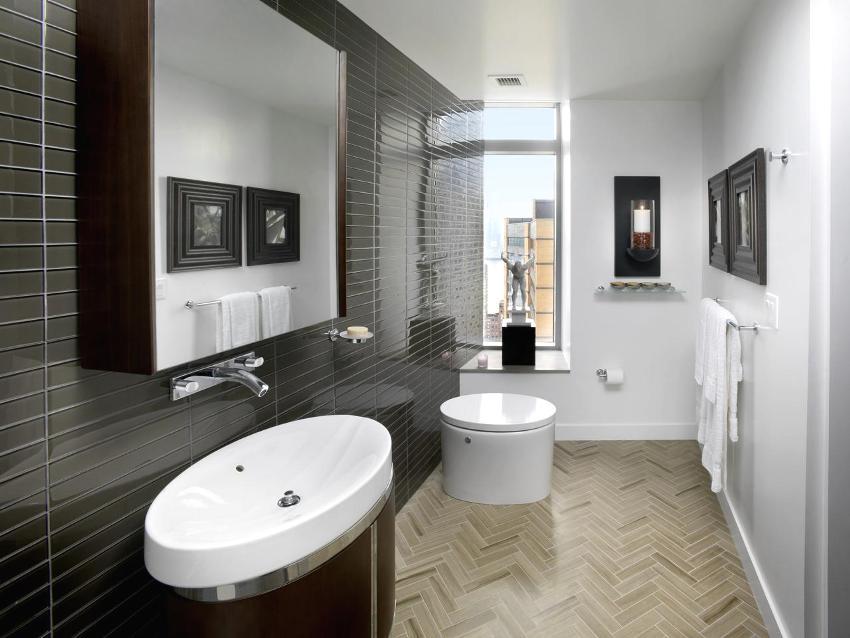 Акриловый напольный плинтус в оформлении ванной