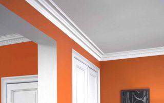 Потолочный полиуретановый плинтус: практичное и декоративное обрамление