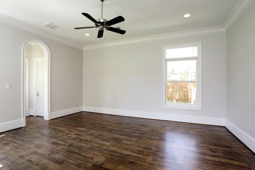 Плинтус выступает в качестве завершающего штриха в отделке потолка