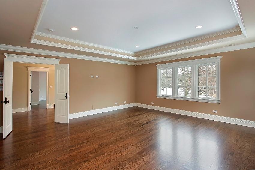 Многоуровневый потолок дополнен полиуретановым плинтусом