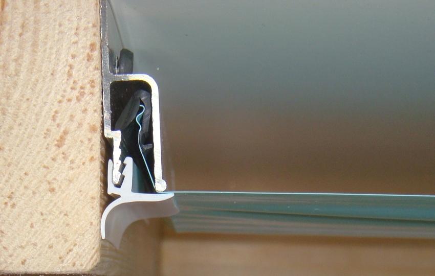 Монтаж полиуретанового плинтуса с натяжным потолком