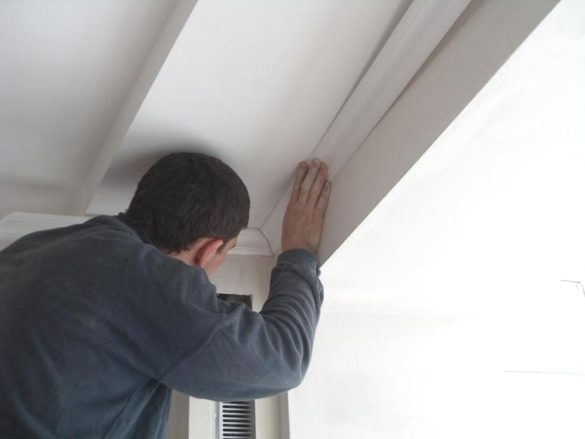 Поклейка потолочного плинтуса своими руками
