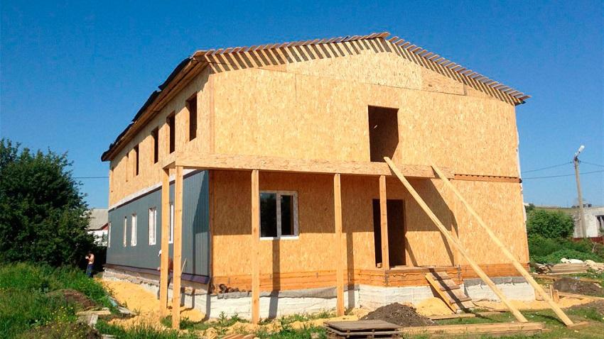 Отделка фасада собранного домокомплекта из СИП-панелей