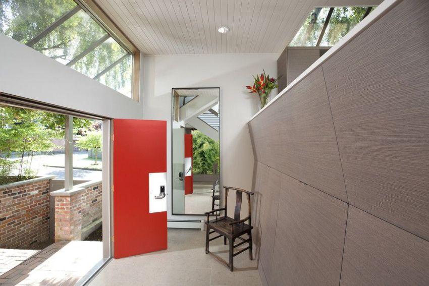 Стеновые панели с имитацией натурального дерева в отделке прихожей
