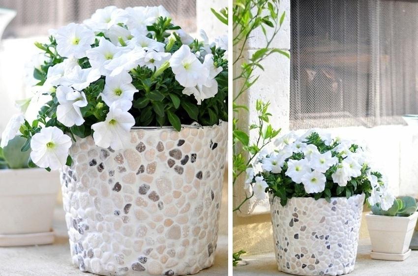 Декорирование цветочного кашпо с помощью морских камушков