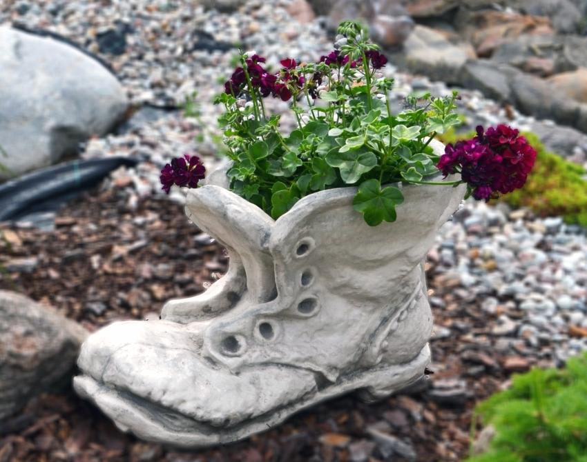 Оригинальный бетонный вазон в виде ботинка