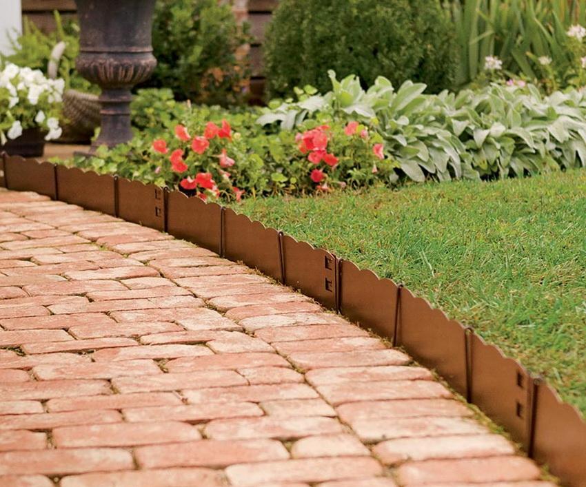 С помощью садовых бордюров можно эффектно оформить мощеные дорожки