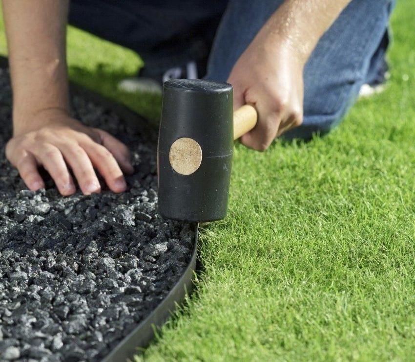 Пластиковый бордюр можно легко установить своими руками