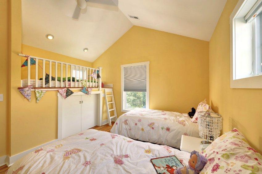 Интересное зонирование игровой зоны, мини-гардеробной и двух спальных мест