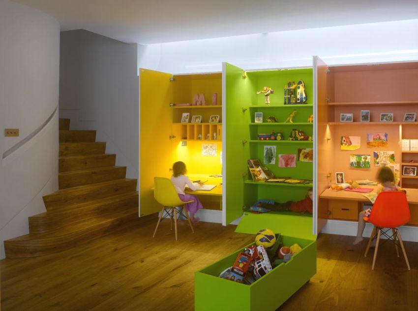 Оригинальная организация рабочих мест в детской с помощью шкафов